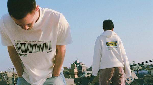 Ketten az EFTERTRÄDA limitált kollekció ruháiban: az egyik pólót, a másik kapucnis pullóvert visel.