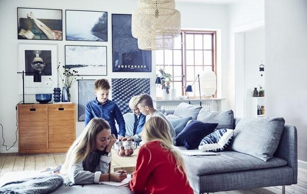 خمسة أطفال يلعبون في غرفة جلوس.