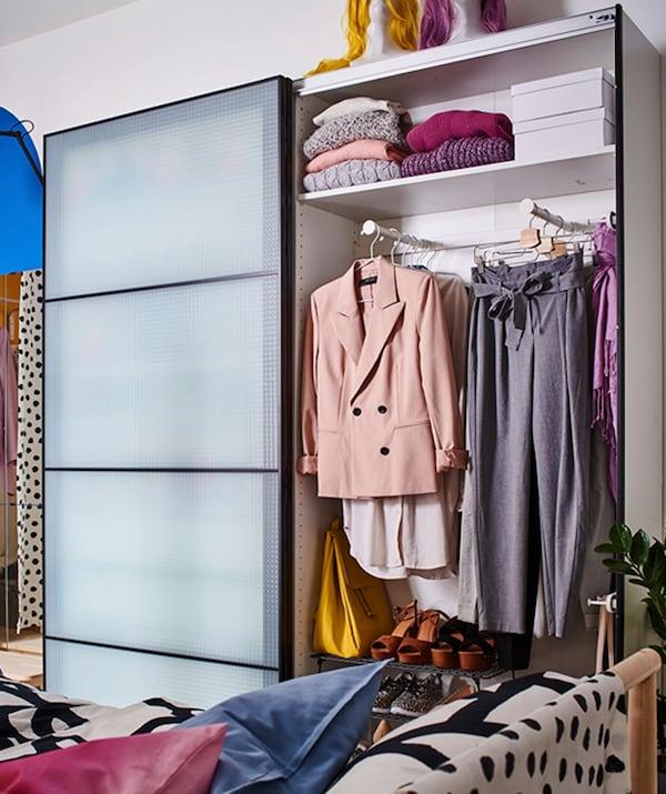 خزانة ملابس مع أبواب انزلاقية، مملوء بالملابس الرسمية.