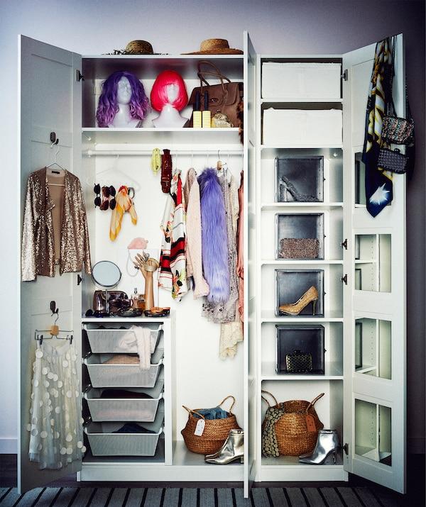 خزانة ملابس مكونة من خزانة مزدوجة ومفردة، خزائن طويلة، أبواب مفتوحة تكشف عن محتويات على الموضة؛ تخزين متنوع.