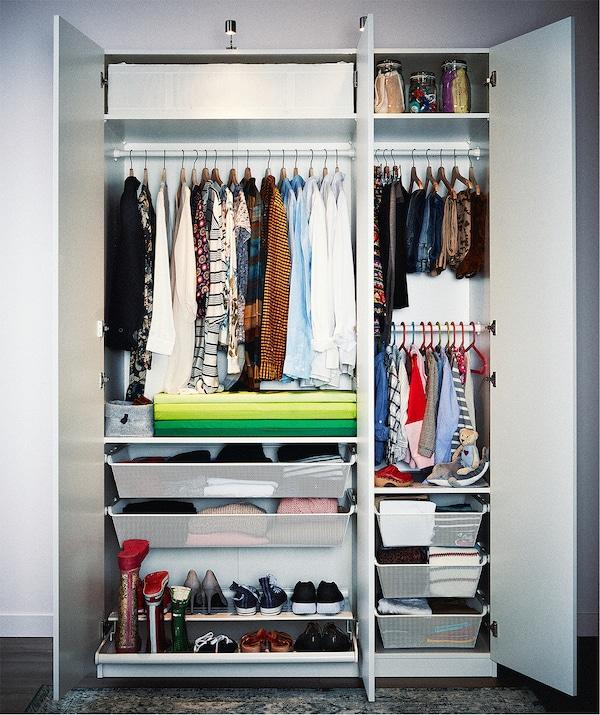 خزانة ملابس مزدوجة زائد مفردة حافلة بملابس منظّمة للغاية على علاقات ورفوف، وفي الأدراج والصناديق.