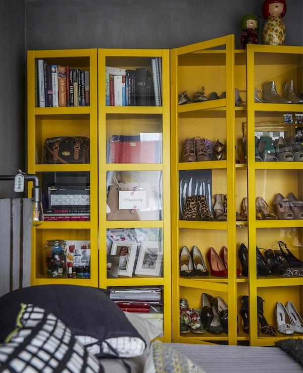 خزانة صفراء تعرض أحذية وكتب.