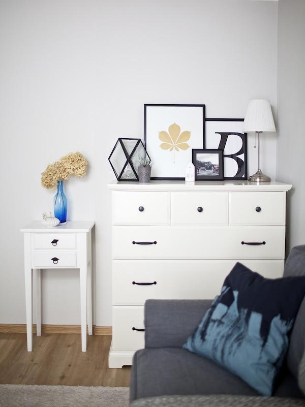 خزانة ذات أدراج عليها إطارات صور من أعلى.