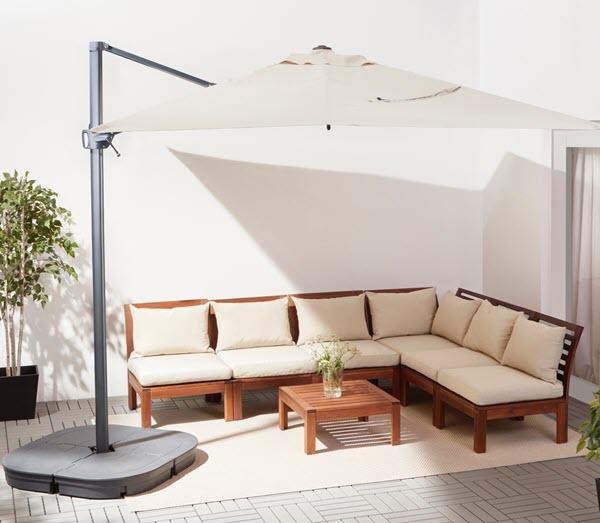 大きいパラソルの下で、ゆとりある屋外用ソファを置いてバルコニーをコーディネートしましょう