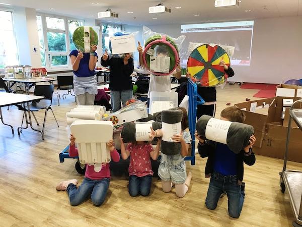 Kinder im Spital Baselland zeigen ihre neuen Spielsachen