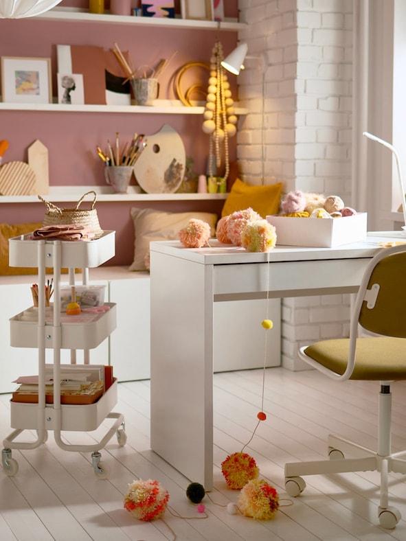 Kindermöbel von IKEA in einem Kinderzimmer in rosa und gelb gehalten.