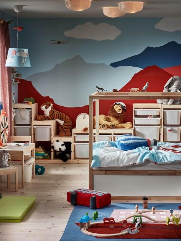 Kinderzimmer mit TROFAST Aufbewahrungsmöbel und einer bunt bemalten Wand in rot und blau