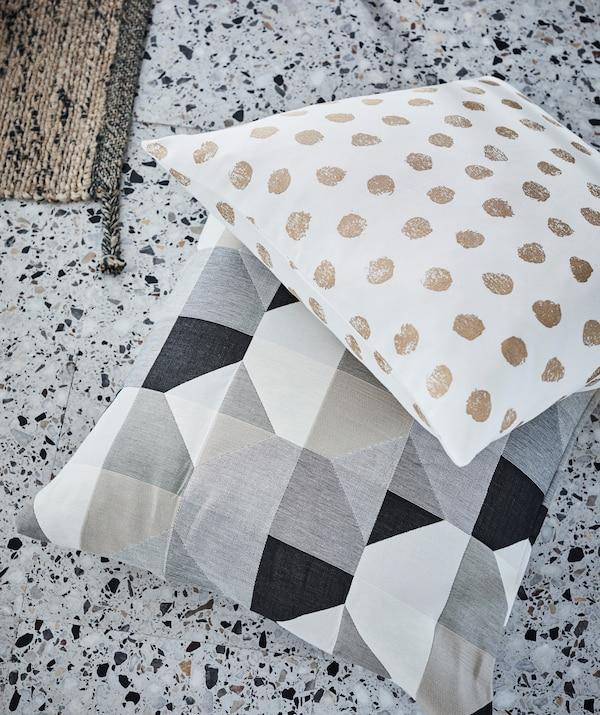 Kissen mit einfachen, aber starken Mustern, die wirklich auffallen. U. a. mit SVARTHÖ Kissenbezug beige.