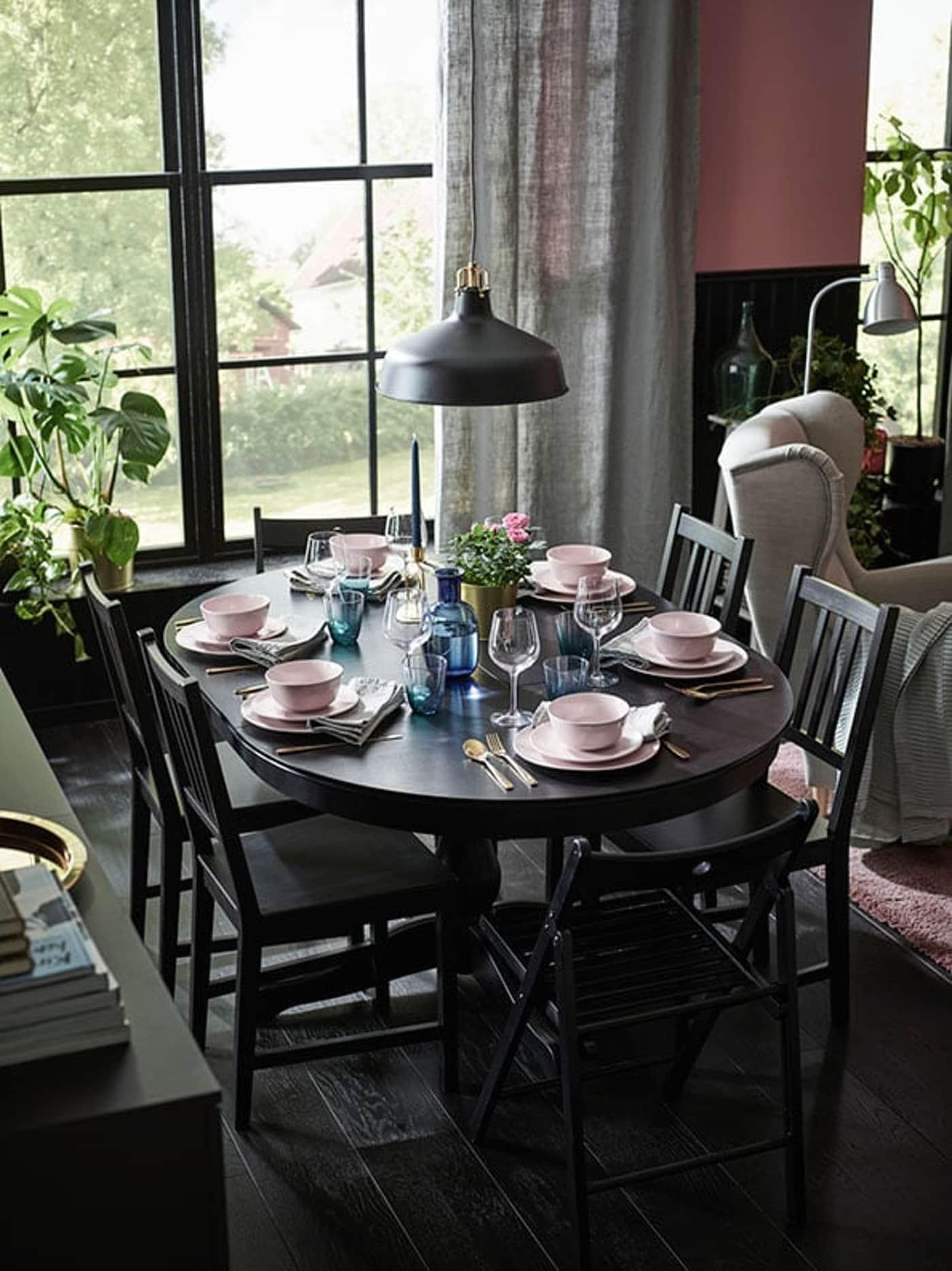 Klassieke eetkamer met zwart tafel en stoelen
