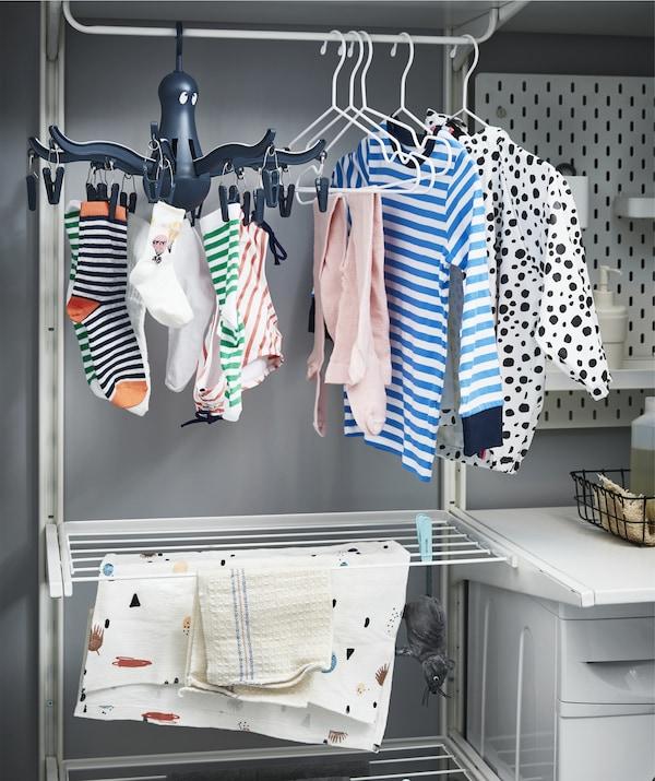 Kleider trocknen auf ALGOT Wandschiene/Wäschehalter in Weiß