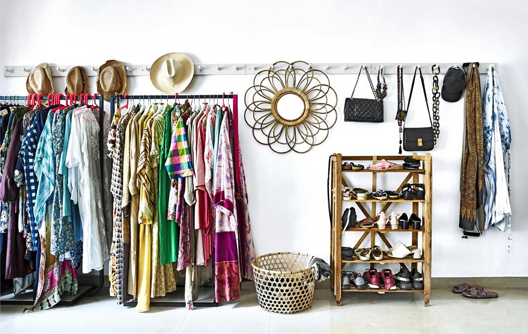 Kleiderstangen, Reihen mit Haken und eine Schuhaufbewahrung
