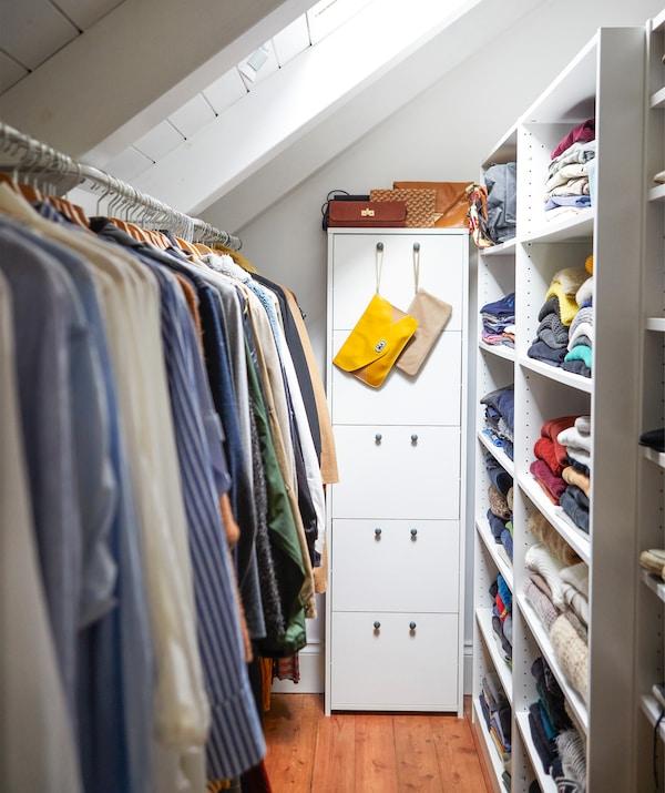Kleidung in einer schmalen Aufbewahrung, u. a. mit einer NORDLI Kommode in Weiß