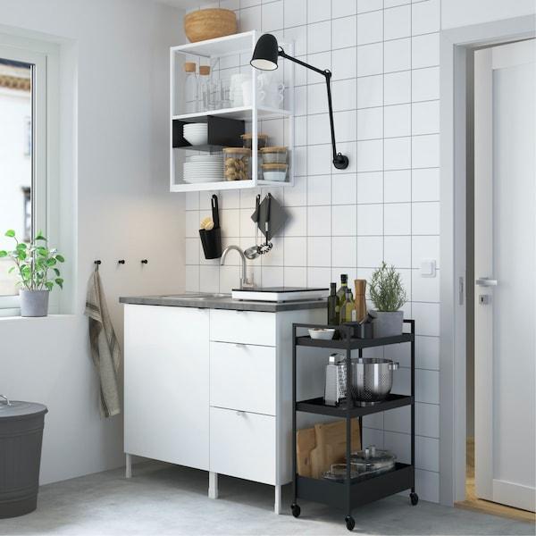 kleine eenvoudige kitchenette in een hoek