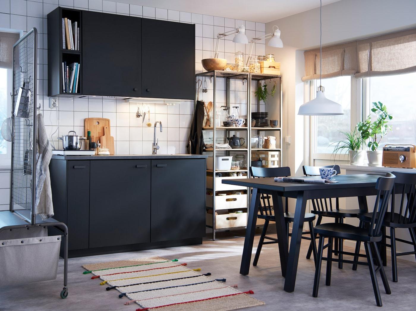 Kleine Küche Mit KUNGSBACKA Fronten In Anthrazit, Einem Tisch Und Einem  Offenen Metallregal