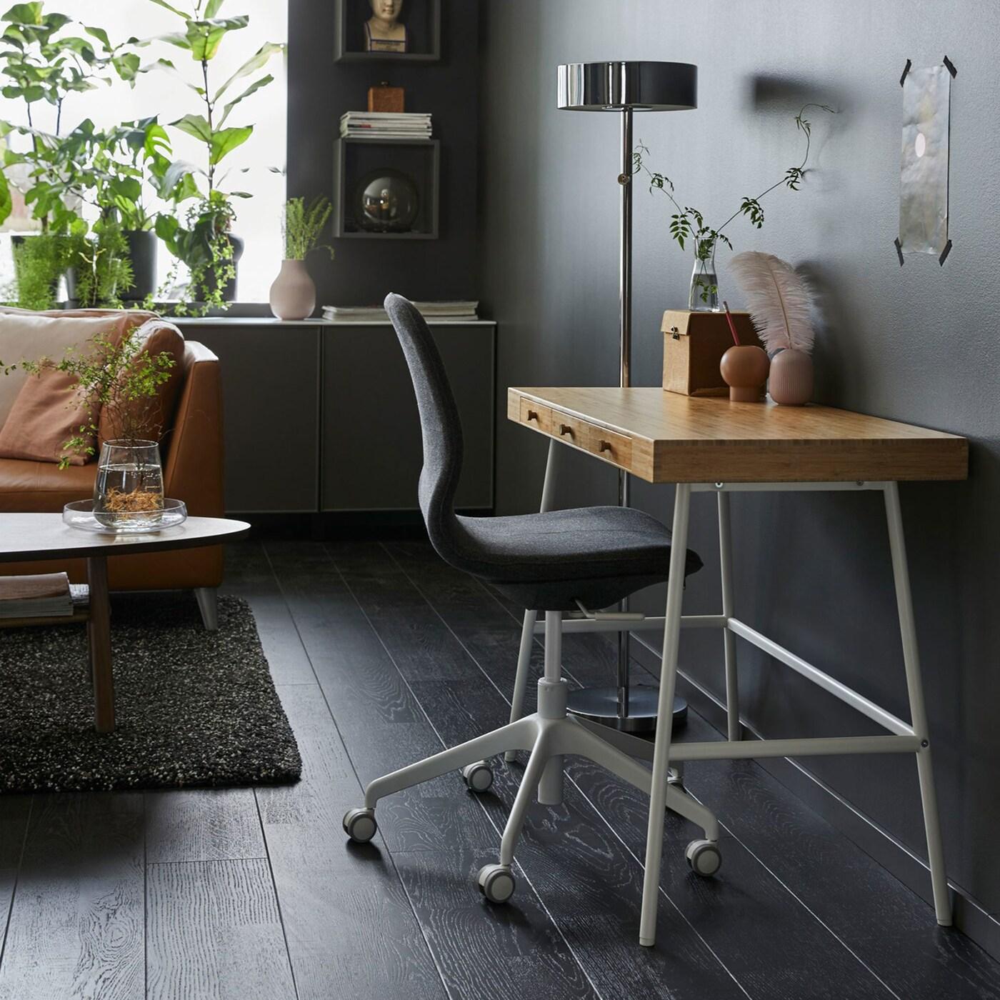 Kleiner LILLÅSEN Schreibtisch in Bambus im Wohnzimmer vor einer Wand in Dunkelgrau