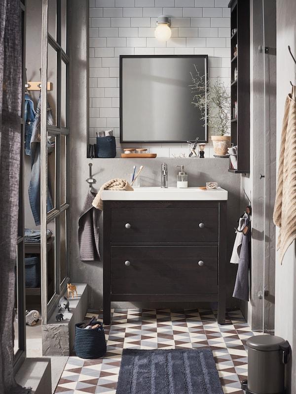 Bad mit dunklen Accessoires gestalten - IKEA