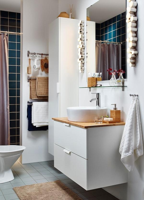 kleines weißes Badezimmer mit GODMORGON/ALDERN Waschbeckenschrank, GODMORGON Hochschrank, Zubehör Bambus