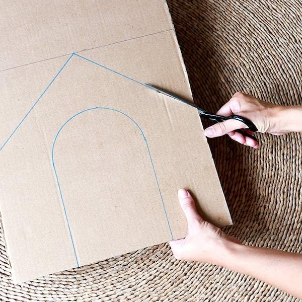 Knip de voorkant van het kattenhuis uit door op de getekende lijnen te knippen