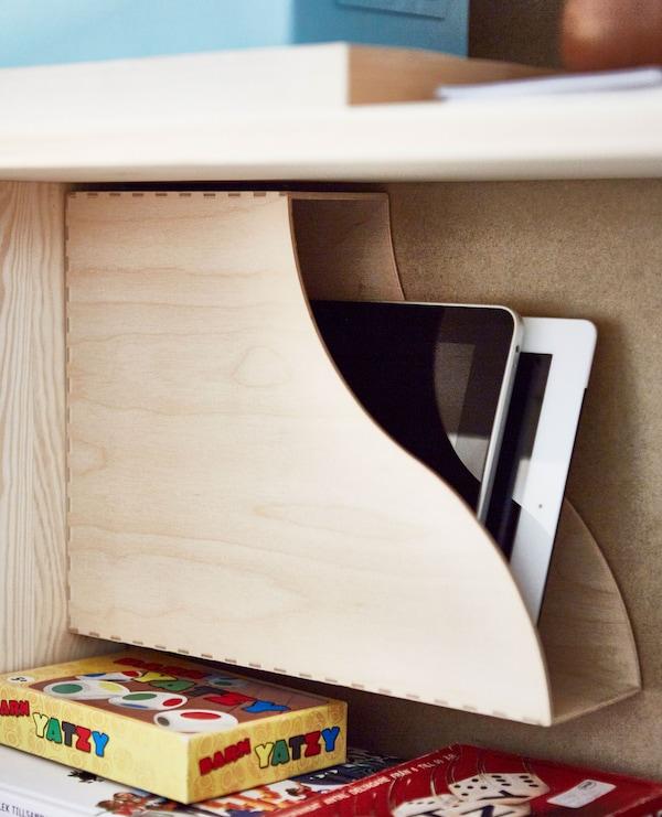KNUFF Zeitschriftensammler aus Sperrholz mit Tablets darin