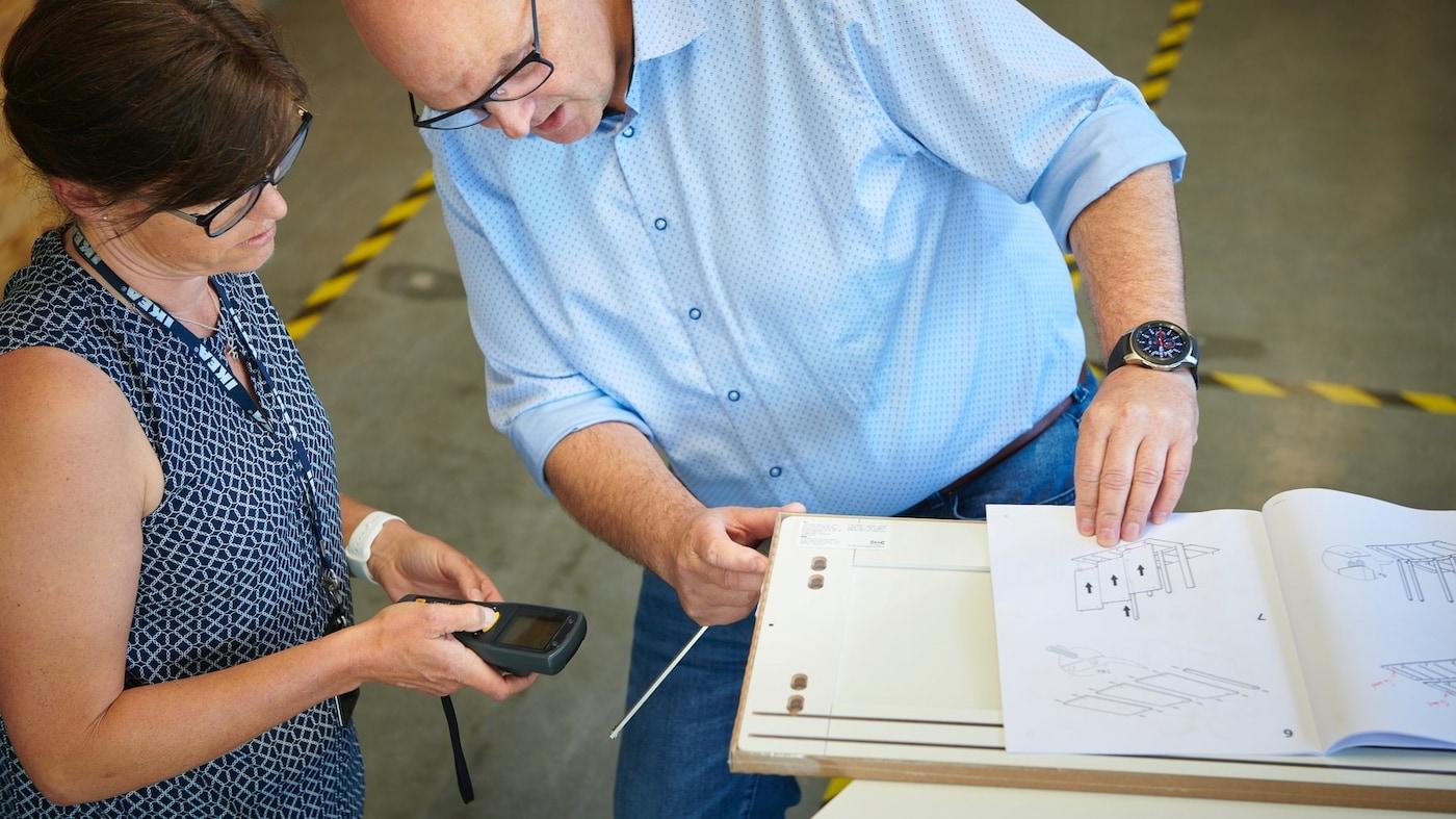 Kobieta i mężczyzna kontrolujący jakość produktu