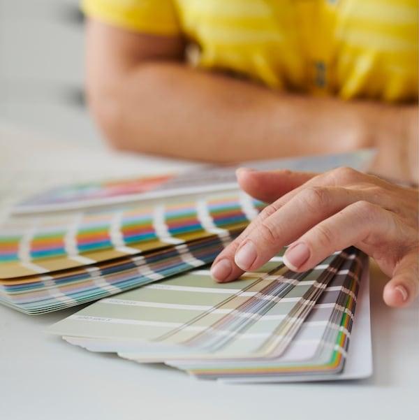 Kobieta pokazująca próbnik kolorów.