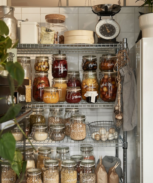Kocht euer Lieblingsgemüse ein, z. B. in den wiederverwendbaren IKEA KORKEN Dosen mit Deckel aus Klarglas und Metall.