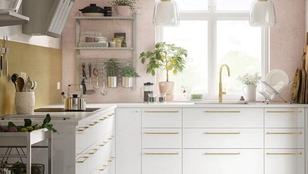 Kodikas ja valoisa valkoinen keittiö