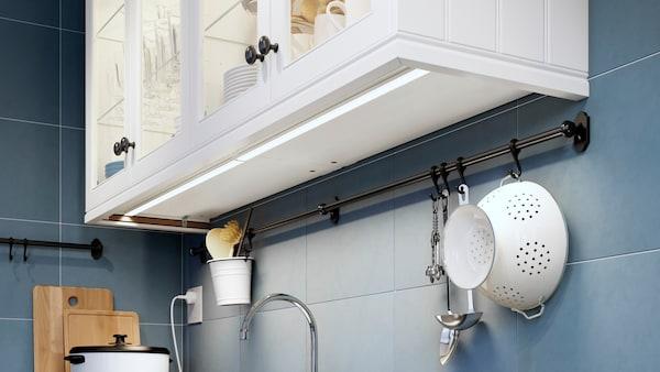 Köksskåp med integrerad bänkbelysning.