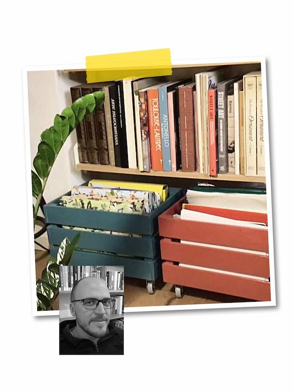 Kollaasi kahdesta kuvasta: Isommassa kuvassa kirjoja täynnä olevan seinähyllyn alla kaksi maalattua KNAGGLIG-laatikkoa, joissa pyörät. Pienessä kuvassa mustavalkoinen kasvokuva IKEA-työntekijästä.