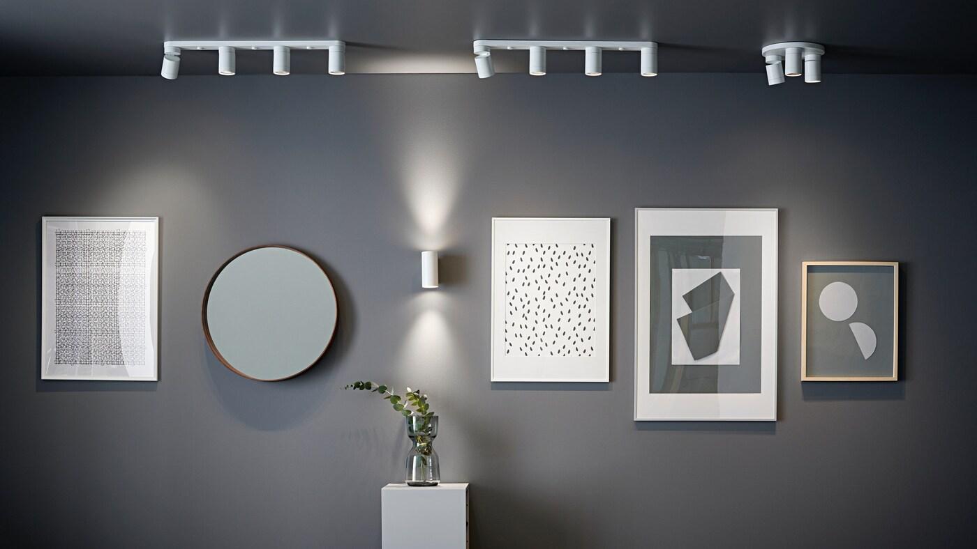 Коллаж на стене и потолочные софиты