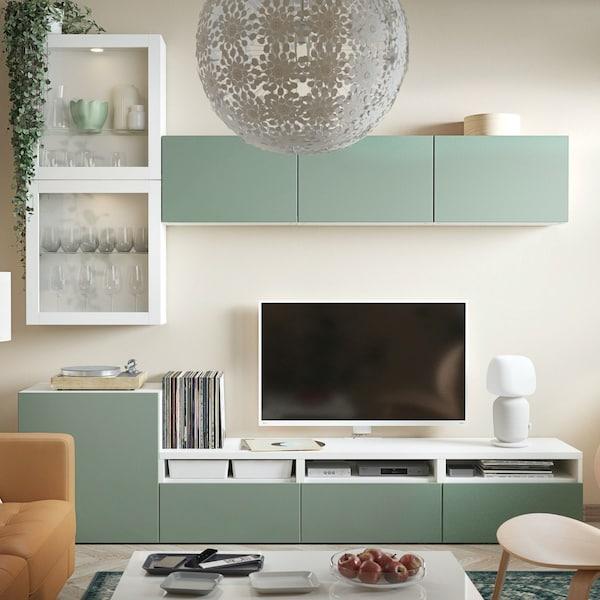 Kombinacja szafek z serii BESTÅ z szarozielonymi frontami NOTVIKEN.