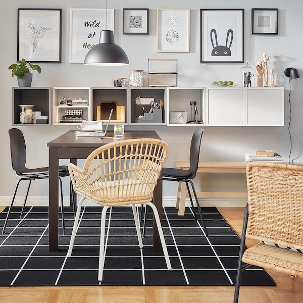 Kombinasi EKET dengan kabinet tertutup dan terbuka berwarna kelabu dan putih dilekap dinding di sebelah meja coklat.