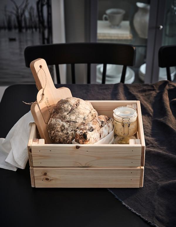 Kompaktna i održiva IKEA KNAGGLIG kutija za kruh od bora, savršena je za čuvanje hrane i izlaganje poklona.
