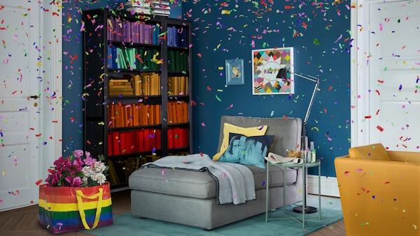 Konfetti in einem Wohnzimmer mit regenbogenfarbener Tasche