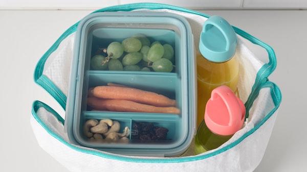 Контейнеры для еды и бутылка для воды в сумке