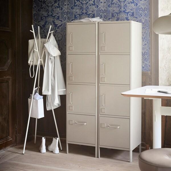 Korkea IDÅSEN-kaappi on väriltään beige ja tyyliltään teollistyylinen.