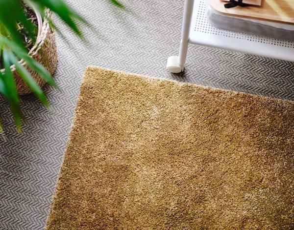 Korkeanukkainen STOENSE matto on kauniin sinapinvärinen.