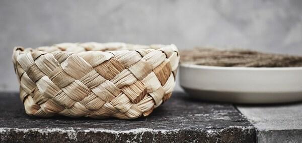 Корзина ХАНТВЕРК сделана из коры бананового дерева и сплетена вручную опытными мастерами из Индии.