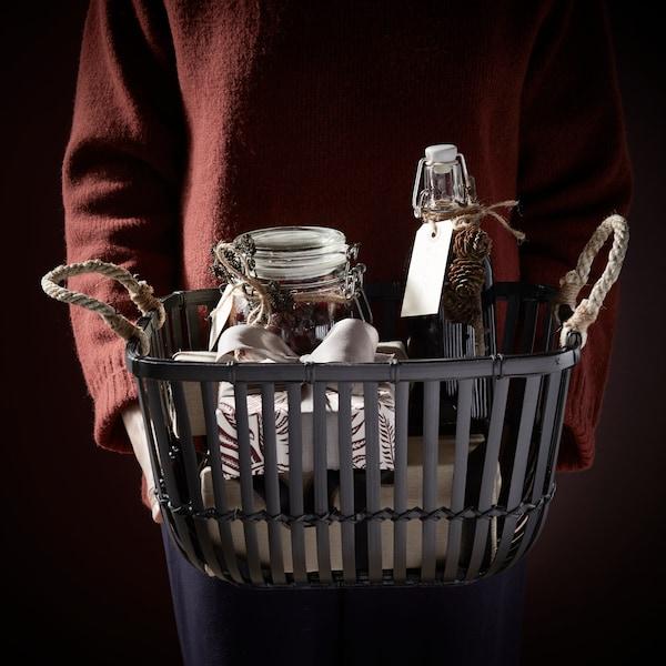 Košík s lahvemi a dózami.