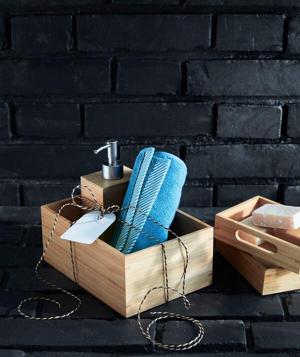 Kotak buluh IKEA DRAGAN yang diisi barang sepadan sesuai diberikan sebagai hadiah.