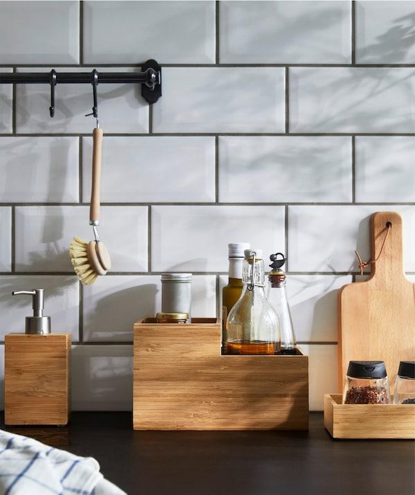 Kotak buluh semula jadi IKEA DRAGAN yang keras sangat sesuai untuk menyusun barang di atas permukaan kaunter dapur.