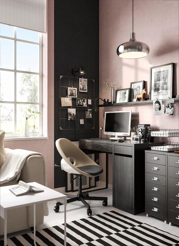 Kreativer Arbeitsbereich mit viel Stauraum und funktionalen Lösungen.