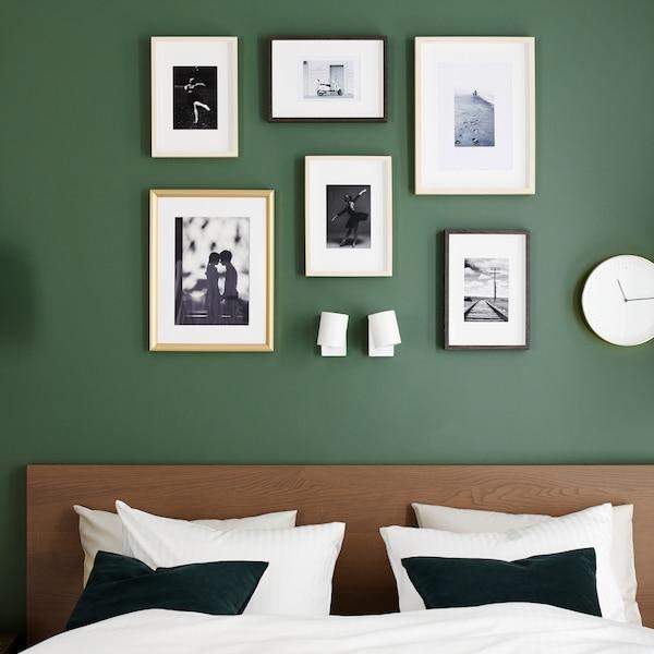 Krevetni okvir s braon bajcovanim jasenovim furnirom, jorganskom navlakom i jastučnicama u beloj boji, i zlatnim okvirima.