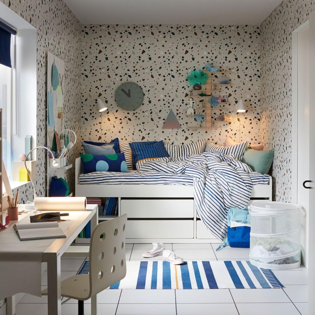 Кровать с матрасом и спальными принадлежностями для подростка