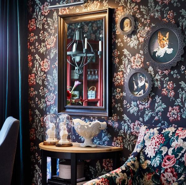 Круглі SKURAR СКУРАР декоративні тарілки з портретами котів на стіні з квітковим візерунком.