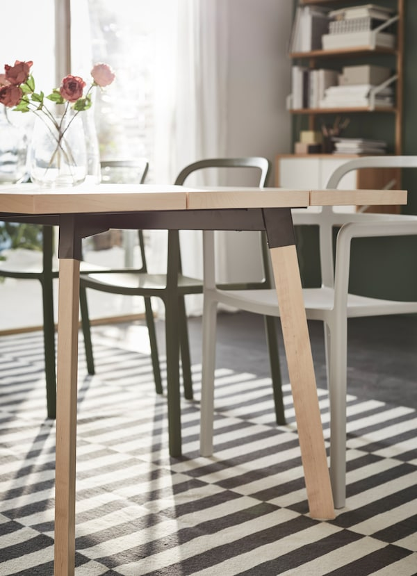 Krupan kadar tankih, kosih nogara IKEA YPPERLIG trpezarijskog stola od pune brezovine.