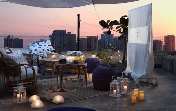 Крыша, расстановка сидячих мест на открытом воздухе, светодиодное освещение и пледы на случай вечерней прохлады. Импровизированный экран с фильмом, который вот-вот начнется.