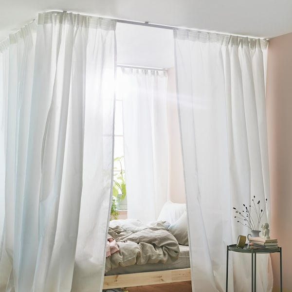 カーテンとVIDGA/ヴィードガ シングルトラックレールなどを使ってベッド用の天蓋をつくる方法。