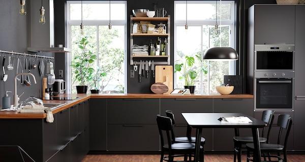 kuchnia czarna z drewnem