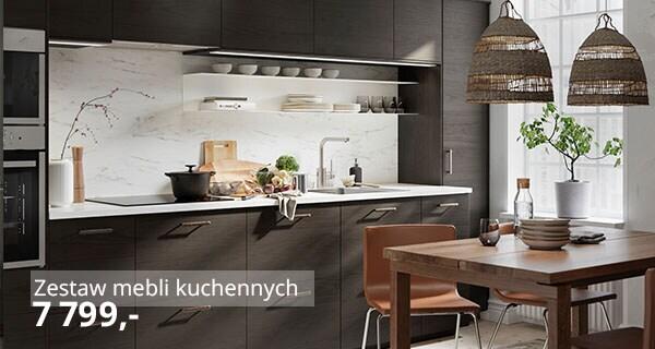 Kuchnia z ciemnobrązowymi frontami imitującymi jesion, białym panelem ściennym imitującym marmur, drewnianym stołem i krzesłami ze skórzaną tapicerką.